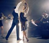 Para tańca tańczy do zespołu grającego na żywo