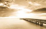abstrakcyjne tło w odcieniu sepii: długi Ekspozycja: zachód słońca z długim mostem ans gładkiej powierzchni wody