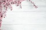 wiosna w tle. owoce kwiaty na drewnianym stole