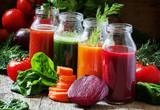 Cztery rodzaje soków warzywnych: czerwony, bordowy, pomarańczowy, zielony, w