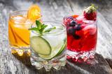 asortyment świeżych mrożonych napojów owocowych na drewniane tła