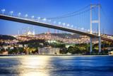 Bosphorus most przy nocą z księżyc ścieżką
