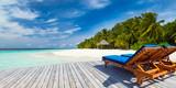 leżak na molo przed wyspą raju i plaża / leżak na molo przed rajską wyspą z wymarzoną plażą na plaży