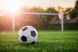 Piłka nożna słońca / piłki nożnej w zachodzie słońca