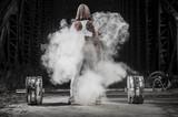 Kobieta pracująca z ciężarami na siłowni