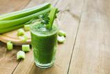Zielony koktajl z selera i szpinaku