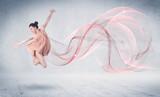 Taniec balet wydajności artysta z abstrakcyjne wirować