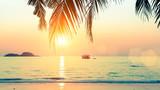 Zachód słońca na wybrzeżu Morza tropikalnego.