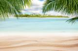 Piaszczysta tropikalna plaża z wyspą na tle