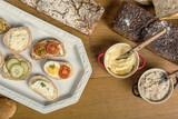 Gotowe kanapki z pełnoziarnistego chleba, z masłem, smalcem, pomidorem, szczypiorkiem, ogórkiem i jajkiem