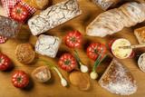 Chleby, pomidory i cebulki - kompozycja na drewnianym stole