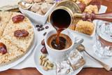 Tradycyjna turecka czarna kawa i słodkie smakołyki