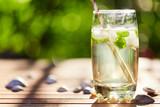 Świeżej mennicy napój z lodem w szkle na drewnianym stole