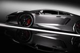 Siwieje szybkiego sporta samochód w świetle reflektorów, czarny tło. Błyszczące, nowe, luksusowe.