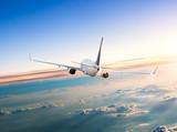 Samolotowe latanie nad chmury w dramatycznym zmierzchu
