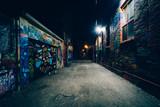 Graffiti Alley w nocy, w dzielnicy mody w Toronto, Ont