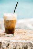 Kawa z lodami i śmietaną.