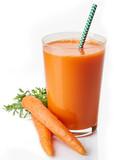 Szklanka świeżego soku z marchwi