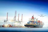 Logistyki i transport zbiornika ładunku statek i ładunku samolot z pracującym żurawia mostem w stoczni tle, logistycznie importa eksporta tło i transportu przemysł.