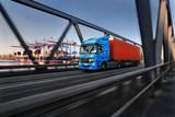 Ciężarówka z kontenerem w porcie w Hamburgu