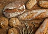 Świeże pieczywo na drewnianym tle