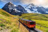 Elektryczny pociąg turystyczny i Eiger North face, Oberland Berneński, Szwajcaria