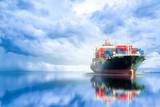 Międzynarodowy kontenerowy statek towarowy w oceanie, transport towarowy, wysyłka, żeglarskie naczynie