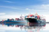 Międzynarodowy kontener ładunek statek z pracującym żurawia mostem w stoczni tle, logistycznie importa eksporta tło i transportu przemysł.