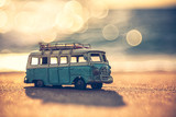 Rocznik miniaturowy samochód dostawczy w rocznika koloru brzmieniu, podróży pojęcie