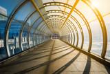 Pusty tunel z footpath zaświecającym zmierzchem