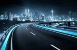 Autostrady wiaduktu ruchu plama z miasta tłem. nocna scena .