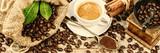 Filiżanka gorąca czarna kawa z starym drewnianym młyńskim ostrzarzem