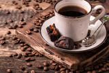 filiżanka kawy z palonych ziaren na drewniane tła