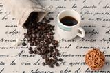 Kup fasola i filiżankę świeżej kawy