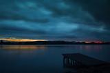 Mistyczny wieczór nastrój na jeziorze Bodeńskim jesienią
