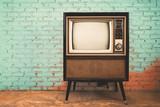 Retro stara telewizja w rocznika ściennego pastelowego koloru tle