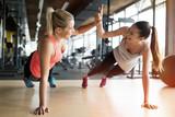 Piękne kobiety pracujące w siłowni