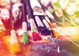Pędzel artysty na tle malarstwa