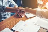 Ludzie biznesu Handshake Powitanie Deal w pracy.