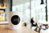Tło wizerunek z kawowym kubkiem, filiżanka przy kawiarnia stołem