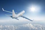 Samolotu latanie w kierunku słońca w niebieskim niebie