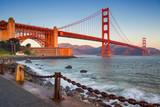 San Francisco. Wizerunek Golden Gate Bridge w San Fransisco, Kalifornia podczas wschodu słońca.