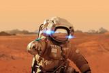 Spaceman spacery po czerwonej planecie Mars. Misja kosmiczna. Astronauta