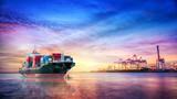 Logistyka i transport międzynarodowego kontenerowego ładunku statku w oceanie przy zmierzchu niebem, Frachtowym transportem, wysyłką