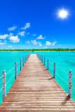 drewniany most wystaje w morze