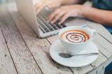 Kawa z kobietą pracującą w kawiarni.