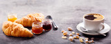 śniadanie z filiżanką kawy, rogalik i dżem owocowy
