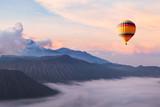 piękny inspirujący krajobraz z balonem latającym na niebie, cel podróży