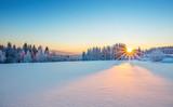 Majestatyczny wschód słońca w zim góry krajobrazie.