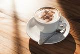 Filiżanka kawy z pianką mleka i cynamonem